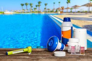 6 produtos de limpeza de piscina indispensáveis e como usá-los